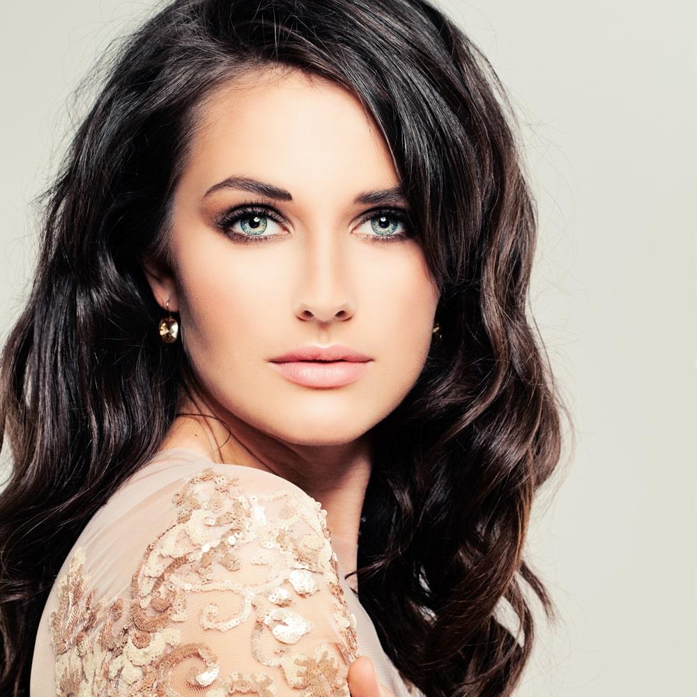 model with dark wavy hair