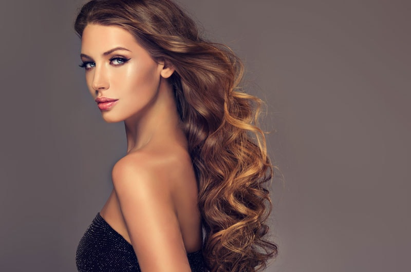 model with long wavy bronde, brownish blonde, hair